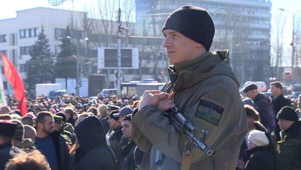 С песнями и автоматами - в Донецке отпраздновали День защитника Отечества
