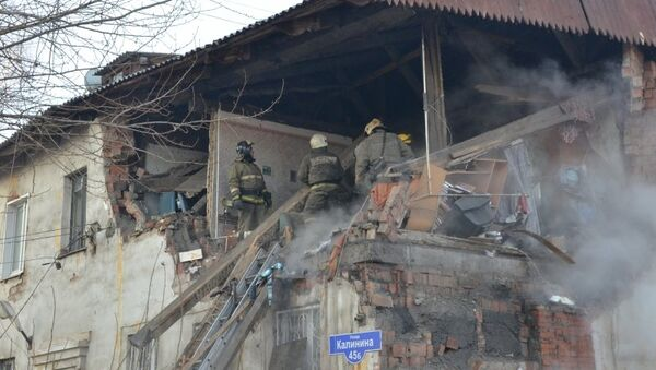 Спасатели МЧС на месте обрушения жилого дома в Красноярске. 25 февраля 2015