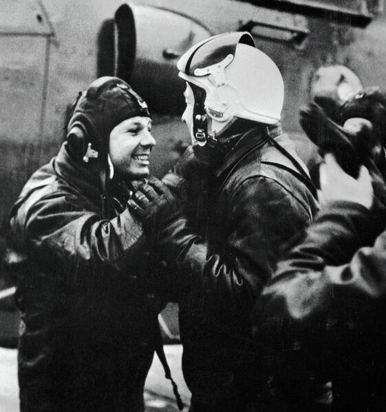 Космонавты Юрий Гагарин и Алексей Леонов после тренировочного полета