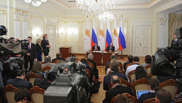 Президент России Владимир Путин (справа) и президент Кипра Никос Анастасиадис во время церемонии подписания совместных документов
