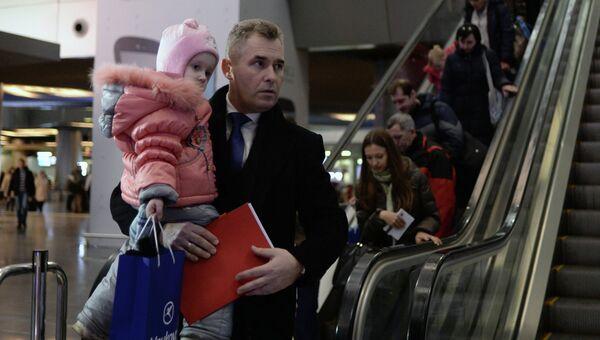 Уполномоченный при президенте РФ по правам ребенка Павел Астахов встречает в аэропорту Внуково тяжелобольных детей из Донбасса