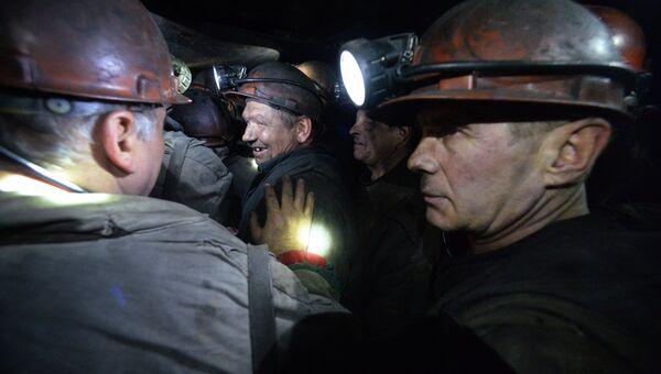 Шахтеры поднимаются на поверхность после смены на шахте имени С.П. Ткачука в городе Харцызске