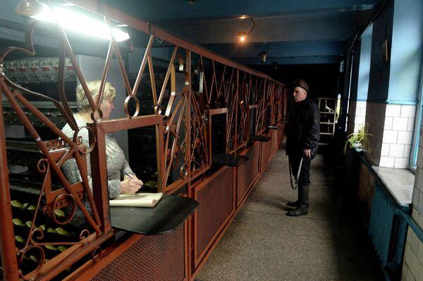 Выдача шахтерских фонарей на шахте имени С.П. Ткачука в городе Харцызске