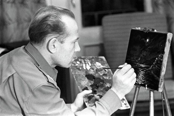 Летчик-космонавт Алексей Леонов пишет картину В космосе. Июнь 1966 года