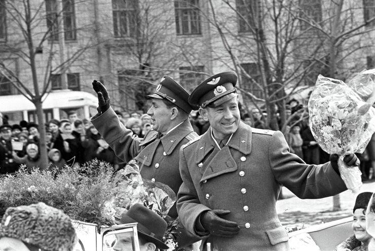 Летчики-космонавты Алексей Леонов и Павел Беляев, едут в открытом автомобиле по улице Ленинский проспект. Москва, 23 марта 1965 года