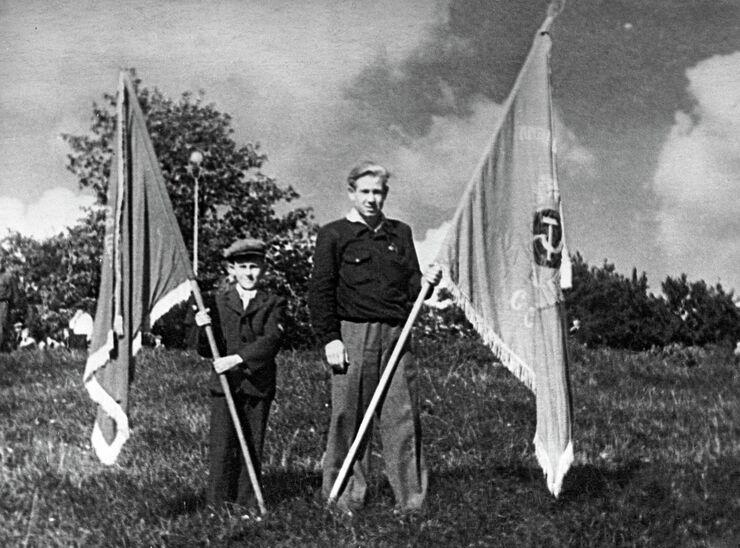 Будущий космонавт, знаменосец школы № 21 города Калининграда Алексей Леонов (справа). 1953 год.