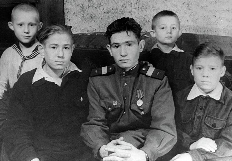 Алексей Леонов был восьмым ребенком в семье, на фото он слева, справа — его брат Петр. 1952 год