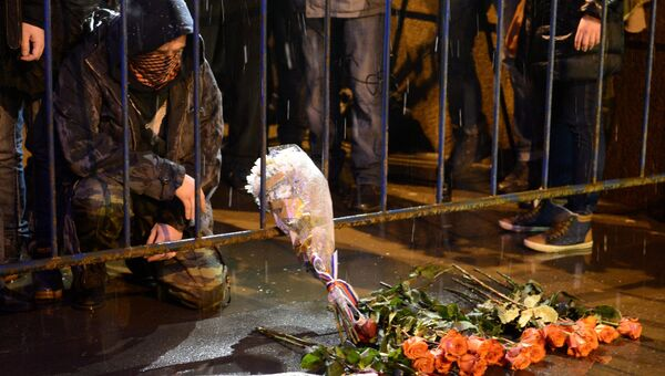 Люди несут цветы к месту убийства политика Бориса Немцова. Архивное фото