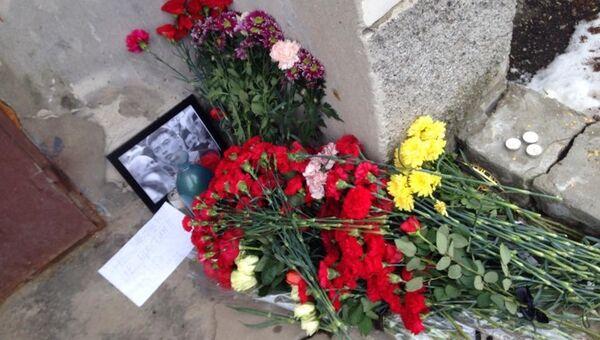Возле дома, где жил Борис Немцов в Нижнем Новгороде на ул. Агрономическая