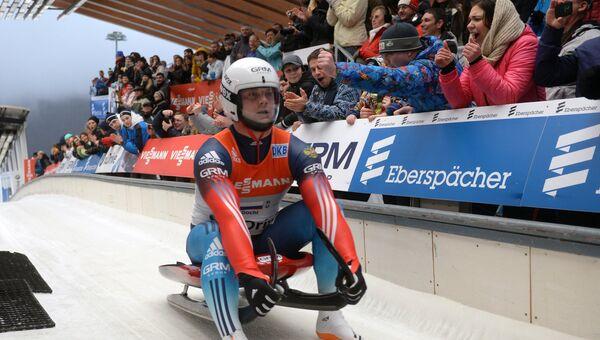 Семен Павличенко (Россия) на финише командной эстафетной гонки на соревнованиях по санному спорту на чемпионате Европы в городе Сочи