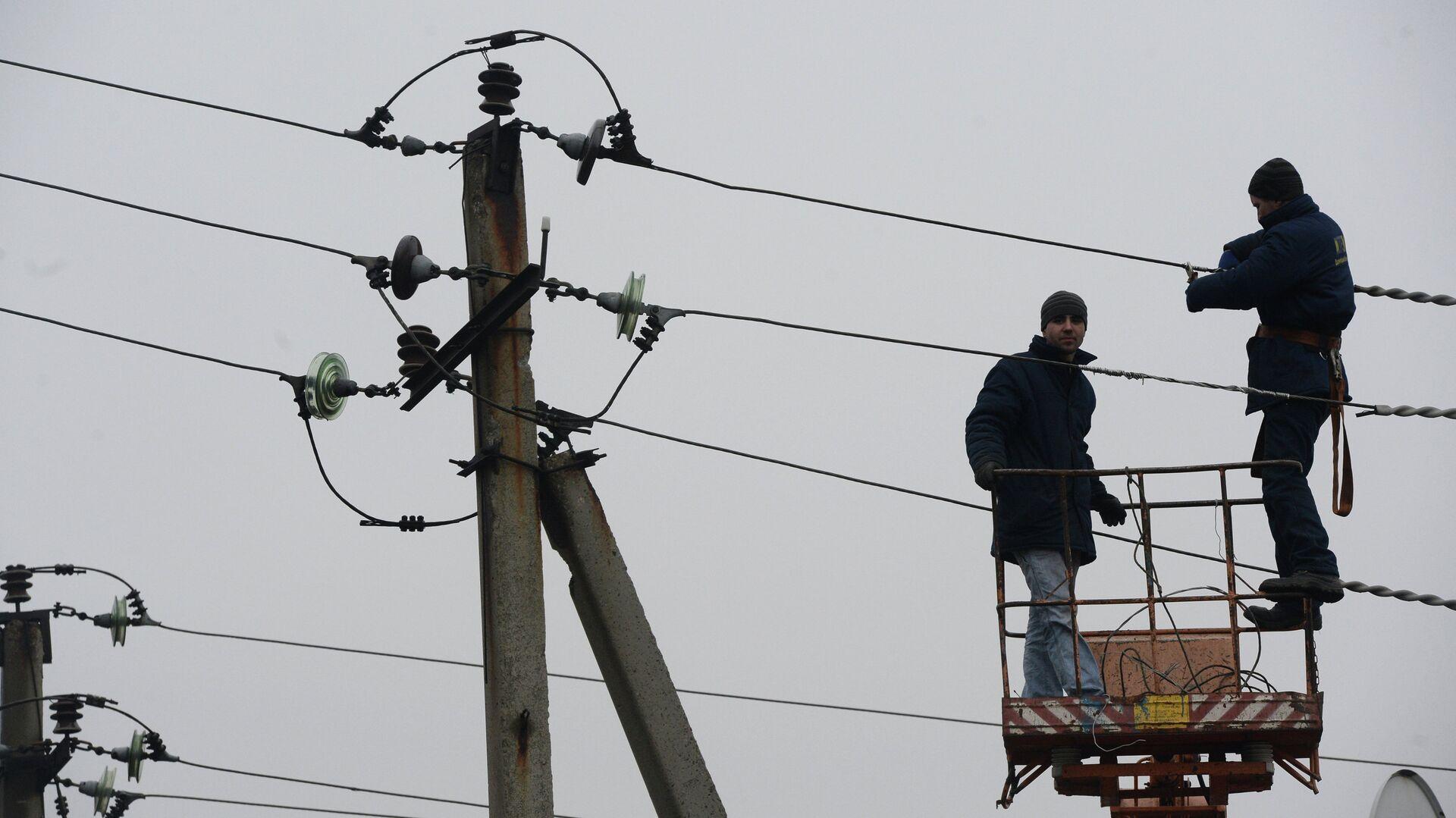 Ремонт линий электропередачи, поврежденных во время боевых действий в городе Дебальцево - РИА Новости, 1920, 04.08.2021