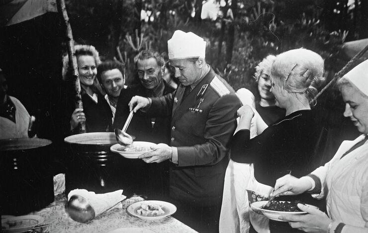 Летчик-космонавт Алексей Леонов на пикнике. 1965 год