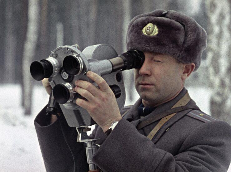 Герой Советского Союза, летчик-космонавт СССР Алексей Леонов на киносъемке. 1965 год