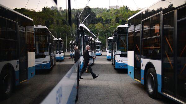 Подготовка троллейбусов Ялтинского троллейбусного парка к выходу на маршрут в Крыму