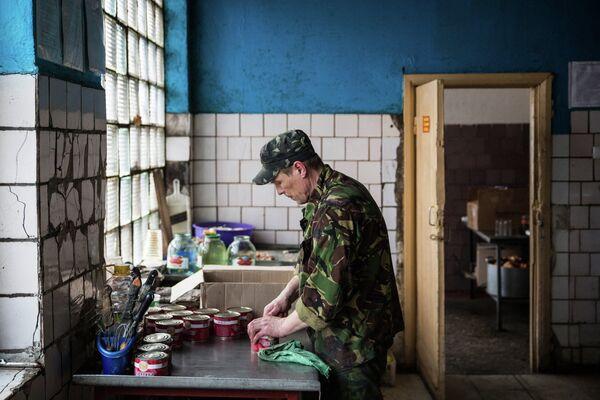 Ополченец ДНР готовит еду в штабе батальона Кальмиус