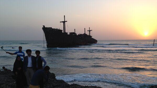 Символ острова Киш - греческое судно, севшее на мель