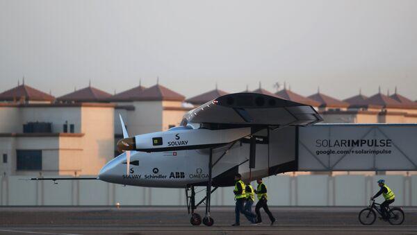 Самолет на солнечных батарейках  Solar Impulse 2 в аэропорту Абу-Даби. Архивное фото