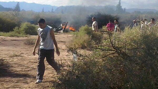 Люди на месте крушения двух вертолетов в аргентинской провинции Ла-Риоха. 9 марта 2015
