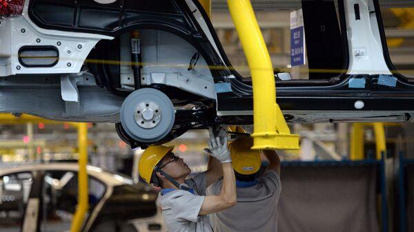 Рабочий на производстве FAW-Volkswagen в Китае. 2014 год