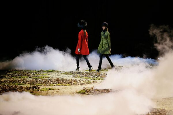 Модели во время показа Moncler Gamme Rouge на Неделе моды в Париже