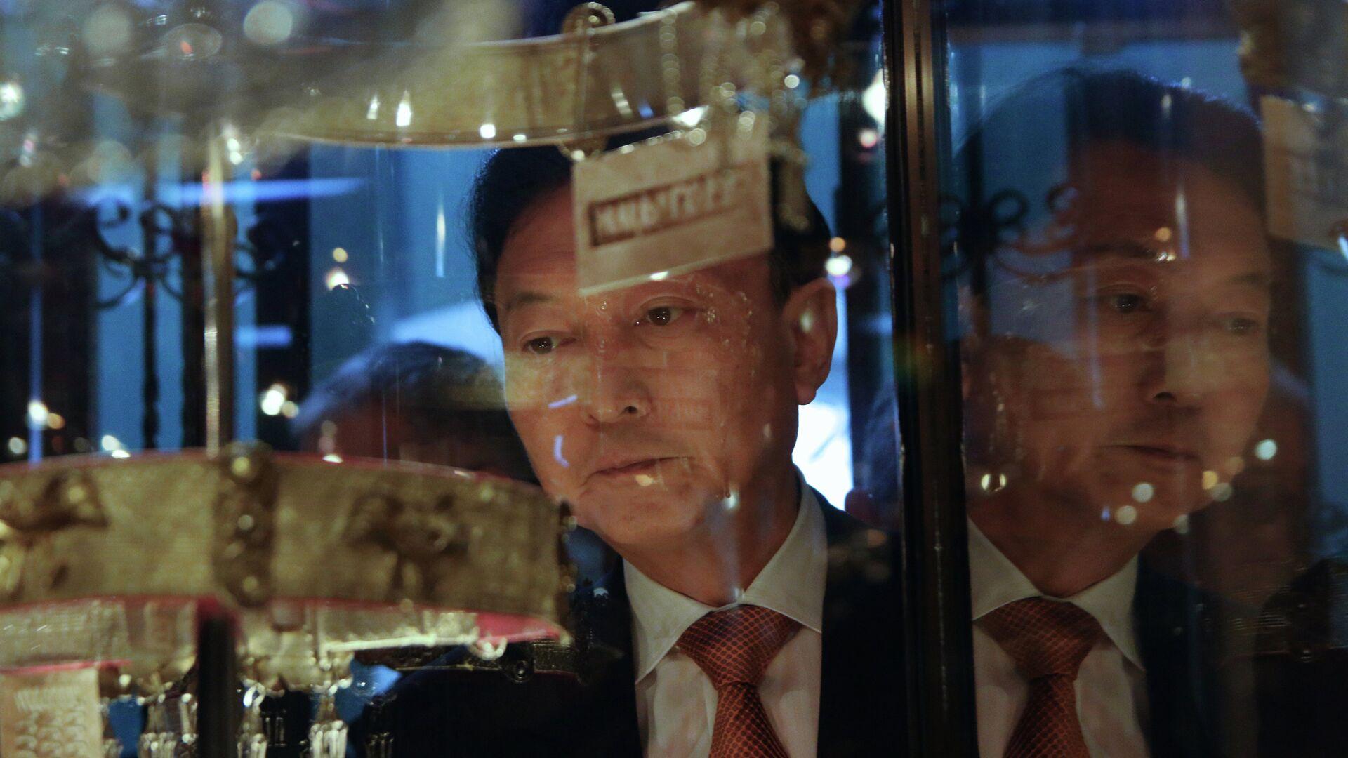 Бывший премьер-министр Японии Юкио Хатояма осматривает экспозицию Крымского этнографического музея в Симферополе - РИА Новости, 1920, 21.04.2021