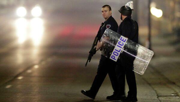 Полицейские на улице Фергюсона во время беспорядков. Архивное фото