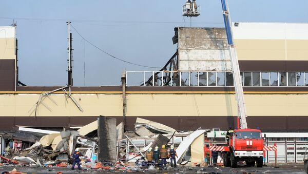 Сотрудники МЧС РФ во время разбора завалов на месте пожара в казанском торговом центре Адмирал