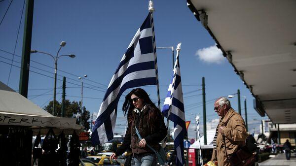 Люди на одной из улиц Афин. Март 2015