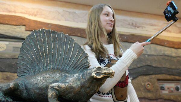 Посетительница делает селфи на фоне экспоната динозавра в музее-заповеднике Казанский Кремль в Казани. Архивное фото