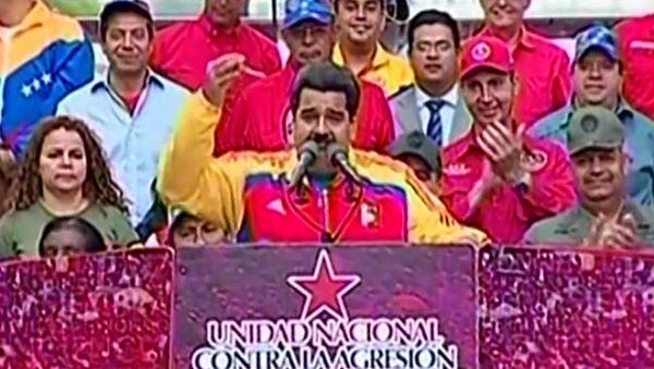 Жители Каракаса с флагами и плакатами вышли поддержать президента Венесуэлы