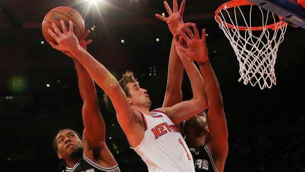 Российский баскетболист Алексей Швед в матче Нью-Йорк Никс - Сан-Антонио Сперс в НБА, 17 марта 2015
