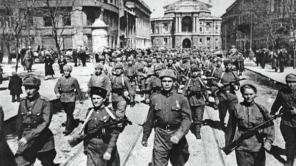 Советские войска вступают в освобожденную Одессу. 10 апреля 1944 года