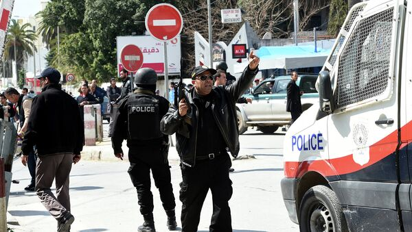 Сотрудники органов безопасности Туниса, возле здания музея Бардо