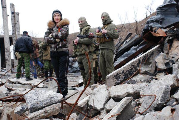 Ополченцы Донецкой народной республики у разрушенного в результате обстрела склада пиротехники в поселке Пески