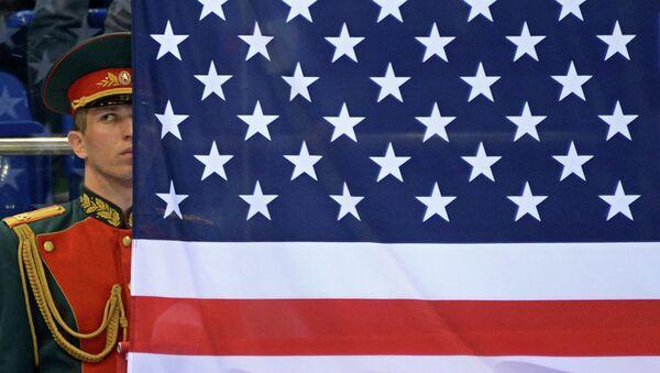 Российский военный в почетном карауле у флага США. Архивное фото
