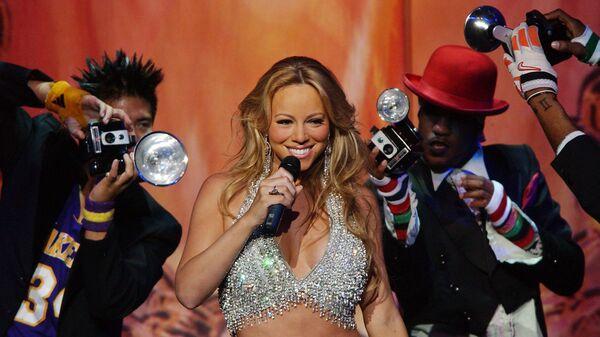 Певица Мэрайя Кэри во время выступления в Радио-Сити Мюзик Холл. Нью-Йорк, США