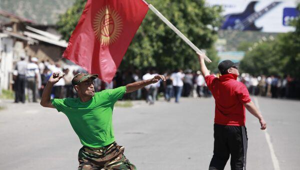 Жители Джалал-Абада киргизской национальности во время штурма здания университета Дружбы народов, где находятся жители узбекской национальности