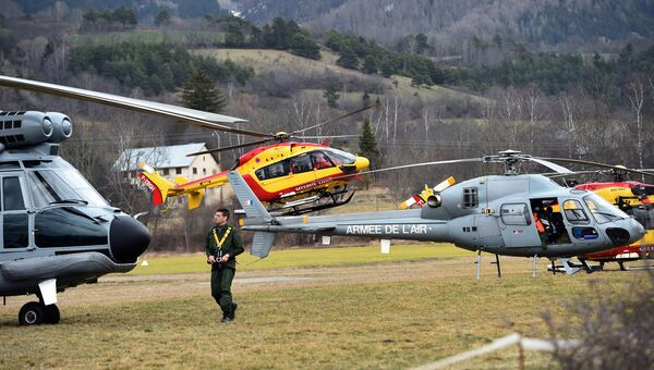 Вертолеты ВВС Франции и служб гражданской безопасности недалеко от места крушения самолета Airbus A320 на юго-востоке Франции