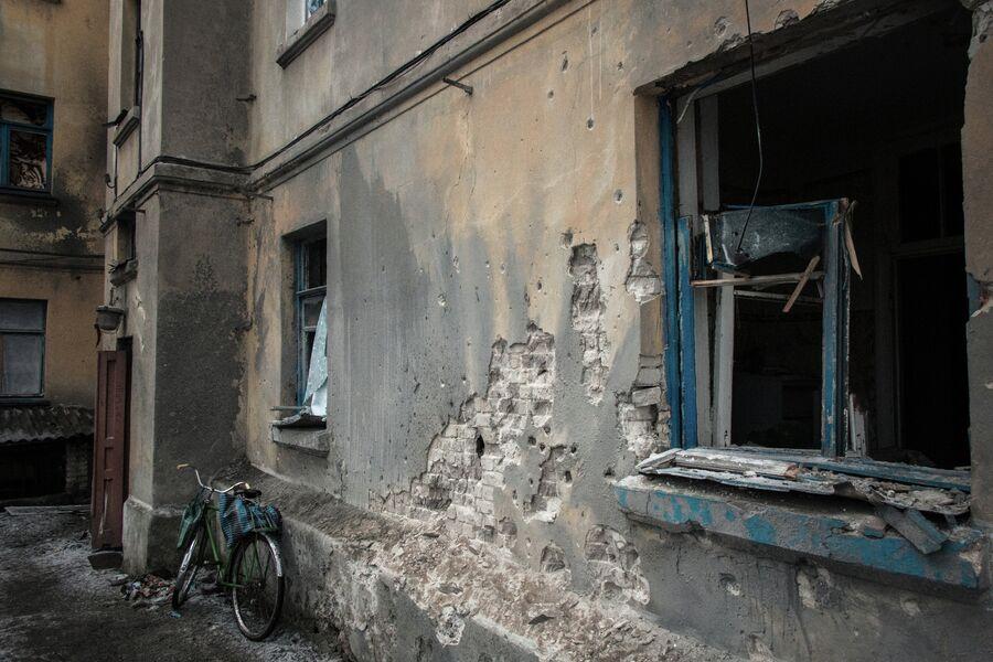 Многоквартирный жилой дом, пострадавший в результате обстрелов во время боевых действий в городе Дебальцево