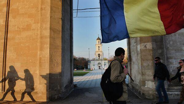 Флаг Молдавии у триумфальной арки на центральной площади города Кишинева
