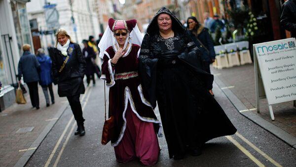 Женщины в маскарадных костюмах после церемонии перезахоронения короля Ричарда III в Лестере