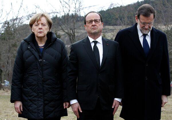 Канцлер Германии Ангела Меркель, президент Франции Франсуа Олланд и премьер-министр Испании Мариано Рахой на месте крушения самолета на юге Франции