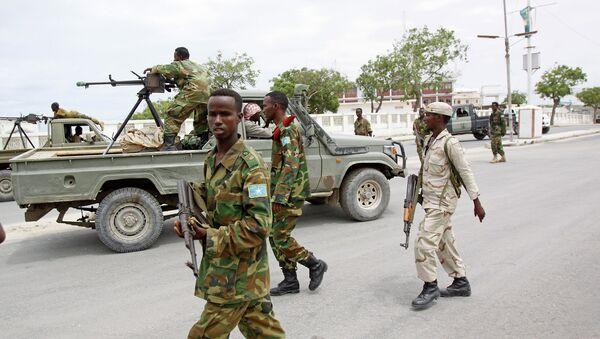 Солдаты армии Сомали патрулируют улицы. Архивное фото