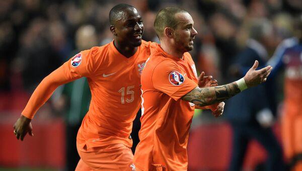 Игрок сборной Нидерландов Уэсли Снейдер (справа) празднует забитый гол во время отборочного матча Евро-2016 Нидерланды - Турция. 27 марта 2015