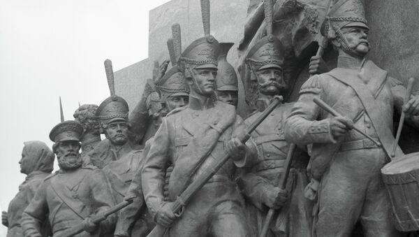 Скульптурная группа солдат и партизан у музея-панорамы «Бородинская битва»
