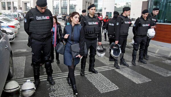 Сотрудники суда в Стамбуле покидают здание, в котором находится захваченный в заложники прокурор