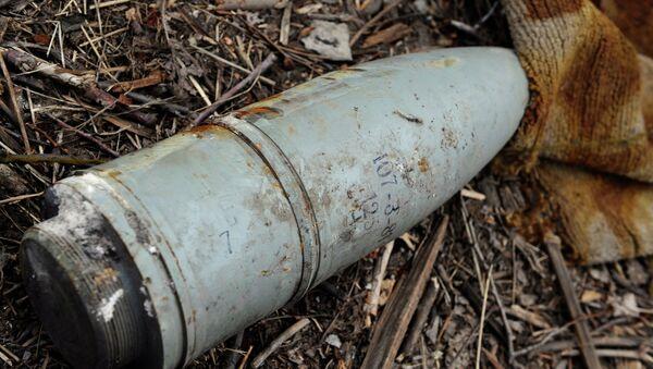 Неразорвавшийся снаряд в поселке Логвиново Донецкой области. Архивное фото