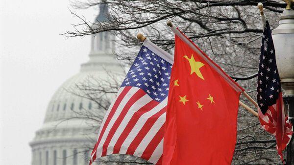 Флаги США и Китая. Архивное фото