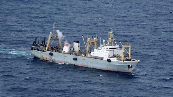 Спасательная операция на месте затопления траулера Дальний Восток в Охотском море. Архивное фото