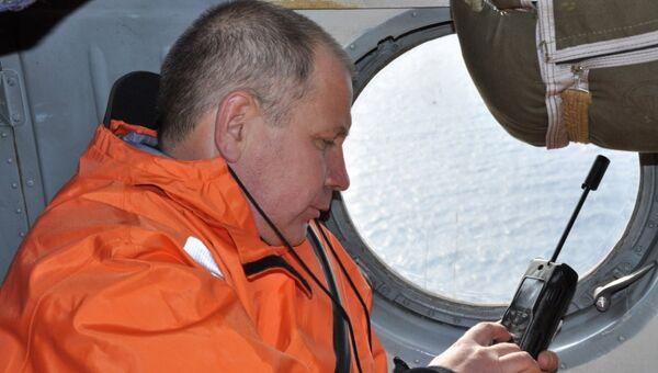 Сотрудник МЧС России во время спасательной операции на месте крушения траулера Дальний Восток